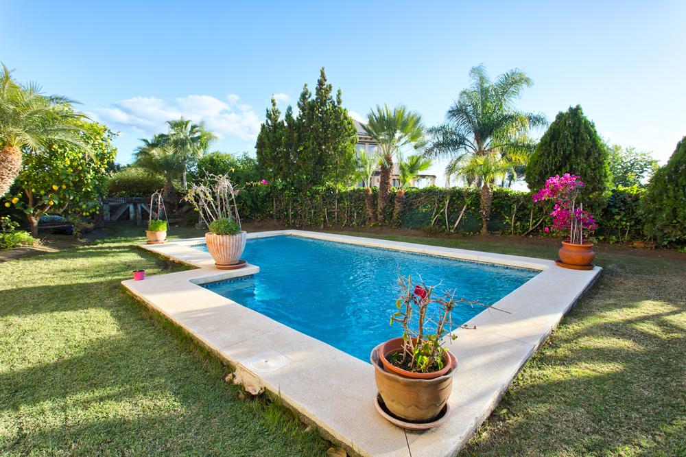 Jardín y piscina privados